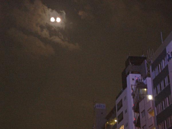 青豆と天吾が結び付けられたのが「二つの月」なのです。