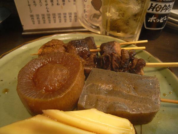 黒いだし汁に付け込まれた静岡おでん。ホッピーによく合う。