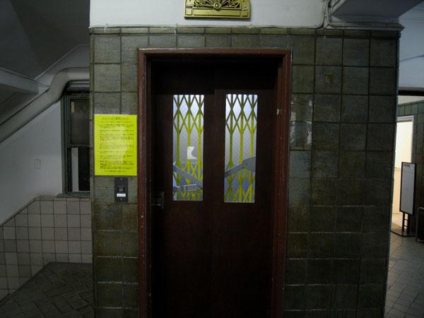 レトロなアコーディオン扉が懐かしいエレベーター