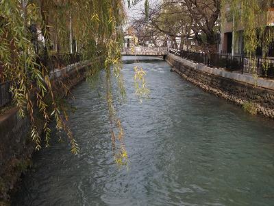 前橋の街中を白く流れる広瀬川。