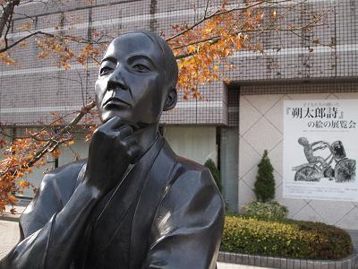 前橋文学館の前では萩原朔太郎の彫像がむかえてくれる。